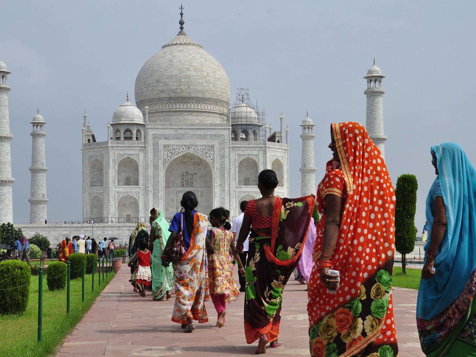 Taj Mahal virtual tour, locals walking toward the Taj Mahal